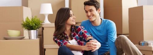 Kuvassa pariskunnan muutto uuteen kotiin